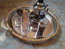 Tekanna av marockanskt te royaltyfria bilder