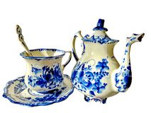 Tekanna, kopp med tefatet och tesked på en vit bakgrund Saker i rysk traditionell Gzhel stil Gzhel-ryss folk hantverk av Royaltyfri Foto