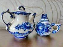 Tekanna, kopp med tefatet och tesked Saker i rysk traditionell Gzhel stil Gzhel - ryskt folk hantverk av keramik Arkivfoton