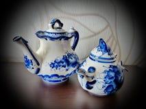 Tekanna, kopp med tefatet och tesked Saker i rysk traditionell Gzhel stil Gzhel - ryskt folk hantverk av keramik Fotografering för Bildbyråer