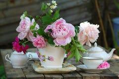 Tekanna, kopp och härlig vårbukett Royaltyfri Bild