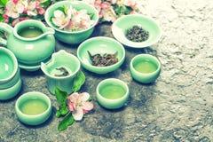 Tekanna, koppar och äppleblomningar Grön tea med koppen och teapoten retro stil Royaltyfri Bild
