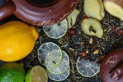 Tekanna med ingredienser för ljust rödbrun te Arkivfoto