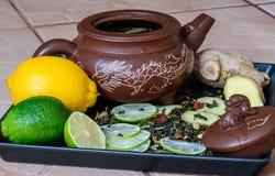 Tekanna med ingredienser för ljust rödbrun te på ett magasin Arkivbild