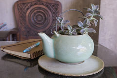 Tekanna och bok med te på bakgrund Royaltyfri Foto