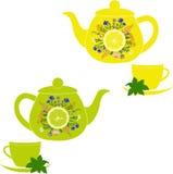 Tekanna och kopp med örter, mintkaramellen, citronen och limefrukt Royaltyfri Bild