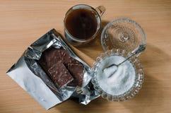 Tekanna- och sockerbunke på tabellen arkivbild