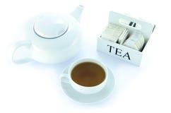 Tekanna och tekopp med en uppsättning av tepåsar Arkivfoto