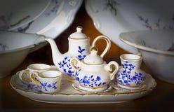 Tekannan och koppen med blommagarnering i tappning utformar Te är mycket populärt i asia Royaltyfria Foton
