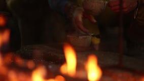 Tekannan som kokar på flammor och brinnande trä, loggar in öknen på natten lager videofilmer