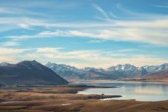 Озеро Tekapo с лугом и горой, Новой Зеландией стоковое фото rf