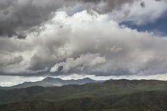 """Βουνά με τα σύννεφα στην άνοιξη Φύση """"Tekeli """" Βουνά Alatau Καζακστάν στοκ εικόνα"""