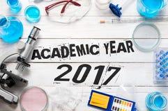 Teken & x22; Academisch jaar 2017& x22; op het witte bureau Stock Fotografie