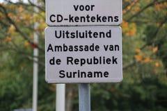 Teken bij de Ambassade van Suriname in de stad van Den Haag waar alle diplomaten in Nederland werken royalty-vrije stock afbeeldingen