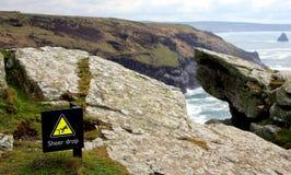 Teken bij de bovenkant die van een hoge kustklip, van het gevaar o waarschuwen royalty-vrije stock foto