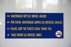 Teken bij het kamperen toiletten in Spanje stock afbeeldingen