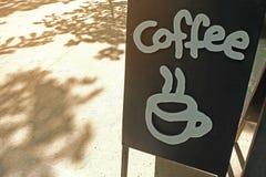 Teken bij koffiewinkel met heet koffiepictogram Royalty-vrije Stock Afbeeldingen