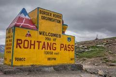 Teken bij Rohtang-Pas op Manali aan Leh-weg over het Himalayagebergte stock foto