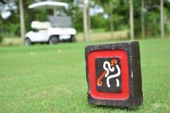 Teken bij T-stuk weg met golfkar op golfcursus Royalty-vrije Stock Foto