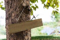 Teken dat op de boom wordt gehangen stock fotografie
