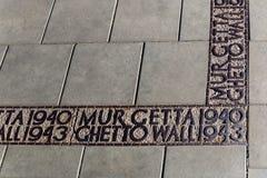 Teken die ter plaatse merken waar de gettomuur in Warshau in Wereldoorlog II was royalty-vrije stock fotografie