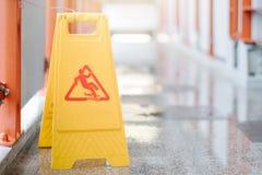 Teken die waarschuwing van voorzichtigheids natte vloer tonen bij luchthaven royalty-vrije stock foto's