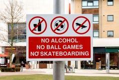 Teken: Geen Alcohol, Balspels, en het Met een skateboard rijden stock foto's