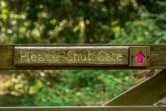 Teken: Gelieve te sluiten de poort royalty-vrije stock afbeelding