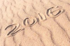 Teken 2016 geschreven op zandig strand Het concept van de de zomerreis Royalty-vrije Stock Afbeelding
