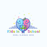 Teken, het Embleem of Logo Template van de jonge geitjesschool het Abstracte Vector Vrolijke Grappige Walvissen met Boekillustrat Stock Afbeelding
