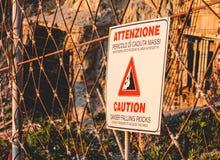 Teken het Italiaans van voorzichtigheids het Dalende Rotsen stock foto