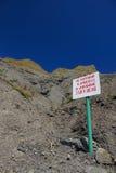 Teken het zeggen voorzichtig zijn van dalende rotsen! Het baden is belemmerd royalty-vrije stock foto