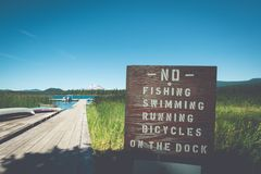 Teken in Lava Lake in Kromming Oregon die van beperkingen nota nemen - geen visserij, of op het dok biking zwemmen lopen royalty-vrije stock foto's