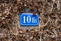 Teken met het huisnummer op een stuk van muur Royalty-vrije Stock Foto's