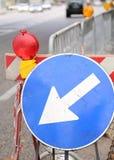 Teken met pijl aan wegwerkzaamheden Stock Foto