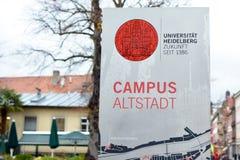 Teken met rood universitair embleem en woorden 'Universitair Heidelberg, toekomst sinds 1386 'en 'centrum van de Campus het histo stock foto
