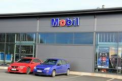 Teken Mobil op een Winkelmuur met Rode en Blauwe Auto's Royalty-vrije Stock Foto's