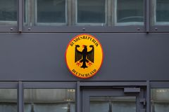 Teken op Duitse Ambassade in Brussel stock fotografie