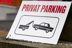 Teken op een privé parkeerterrein stock fotografie
