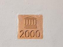 Teken op muur buiten de kolom van 2000 de bouwplaque royalty-vrije stock fotografie