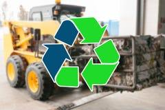 Teken recyclingsafval Het speciale vervoer bij de installatie van de afvalverwerking draagt huisvuil voor recycling vaag in stock foto's