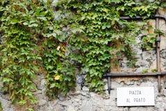 Teken van Al Prato-vierkant (Piazza al Prato), Varenna, Meer Como stock foto