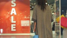 Teken van de de bannerverkoop van het twee het jonge vrouwenbericht in winkel stock videobeelden