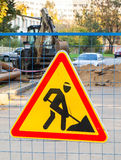 Teken van de wegwerkzaamheden het rode en gele driehoek Stock Fotografie
