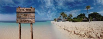 Teken van de de zomer het Houten Raad met Tekst, Onthaal aan Paradise in Mooi Sandy Beach Tropical Island stock foto