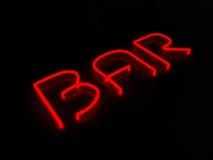 Teken van het bar het rode neon op zwarte achtergrond stock illustratie