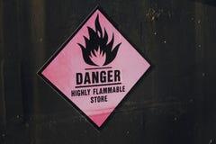Teken van het de stickeretiket van de gevaars het hoogst brandbare opslag stock foto's