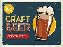 Teken van het Grunge retro metaal met bier Glas koude ambacht donkere stout Uitstekende affiche Weguithangbord Ouderwets ontwerp Royalty-vrije Stock Foto