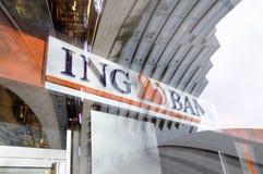 Teken van ING Bank dat in venster wordt weerspiegeld Stock Foto's