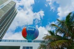 Teken van Miami van het Hallandalestrand het grote cirkel retro gekleurde Stock Foto's